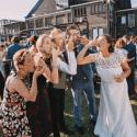 Lichtfabriek Buitenterrein Huwelijk Bruidspaar Eet Oesters